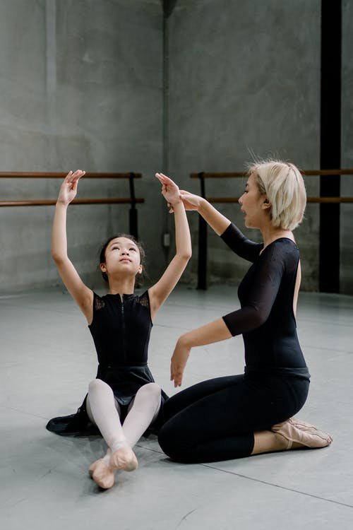 亞洲女芭蕾舞教練教女孩進行運動