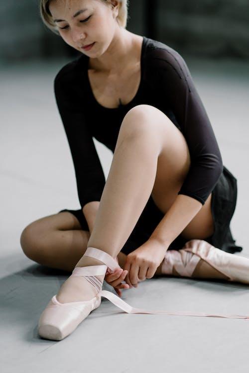 Ritaglia La Ballerina Asiatica Che Lega I Lacci Delle Scarpe Da Punta