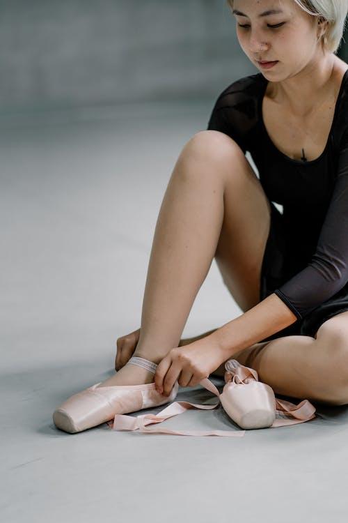 Ritaglia La Ballerina Asiatica Che Indossa Le Scarpe Da Punta In Studio