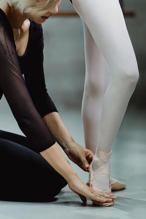 作物芭蕾舞指導員觸摸學員的腳並講解動作技巧