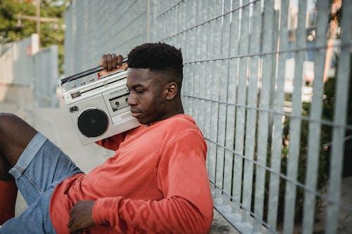 Hombre Negro Pensativo Escuchando Música De Grabadora De Cassette Retro