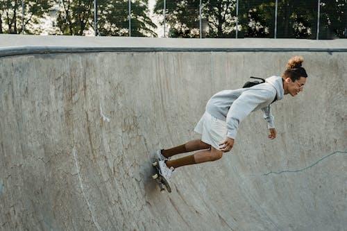 램프에 스케이트 보드를 타고 적극적인 남자