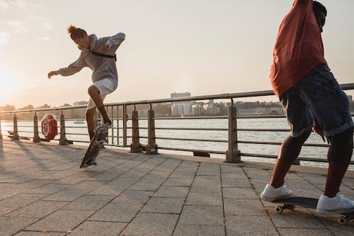 Dois Homens Skateboarding