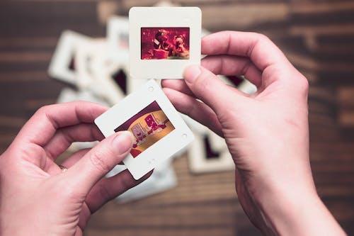 asetatlar, çocuklar, diapozitif, eller içeren Ücretsiz stok fotoğraf
