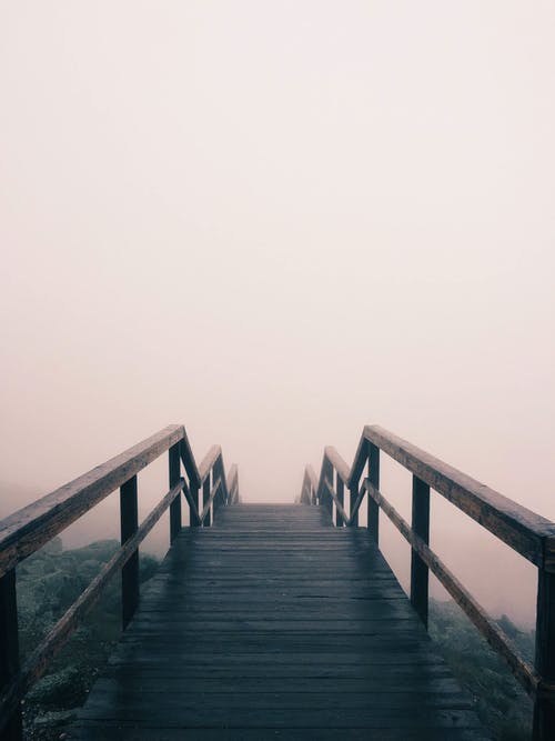 Безкоштовне стокове фото на тему «поміст, туман, туманний, шлях»