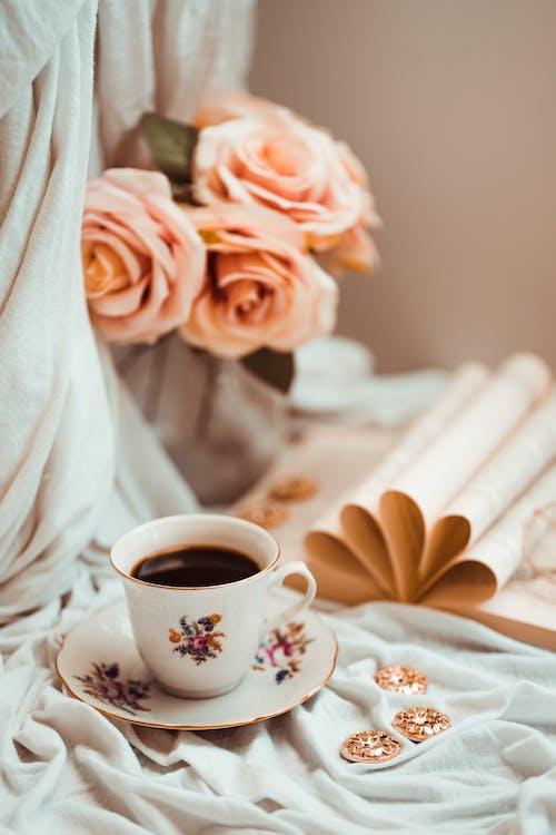 Tazza Da Tè In Ceramica Bianca Sul Piattino In Ceramica Bianca