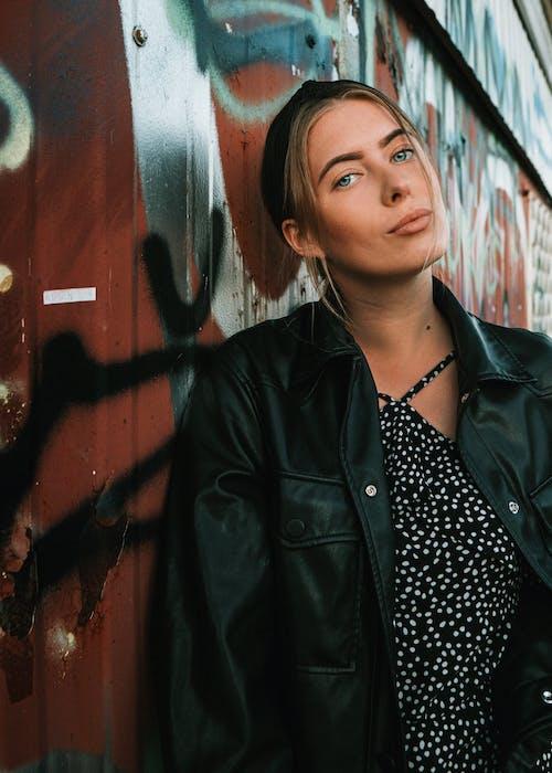Бесплатное стоковое фото с grafiti, верхняя одежда, Взрослый, выражение лица