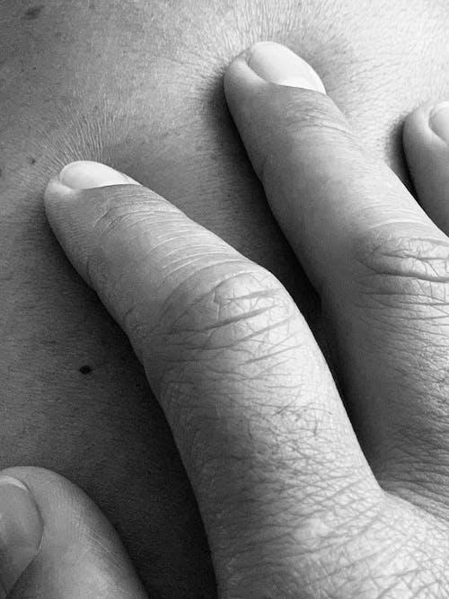Foto stok gratis hitam dan putih, kaki, kulit, tangan