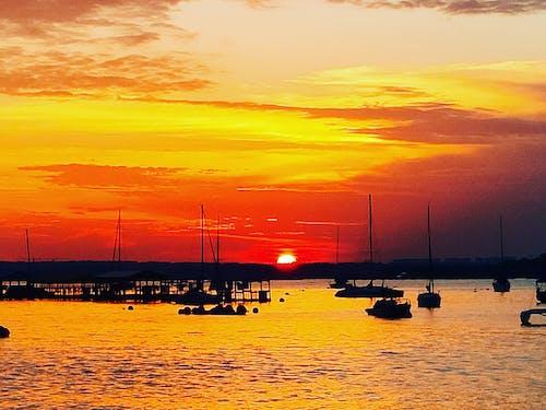 gün batımı, plaj, tekne içeren Ücretsiz stok fotoğraf