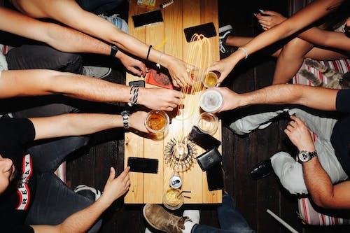 Ilmainen kuvapankkikuva tunnisteilla alkoholijuomat, bileet, ihmiset