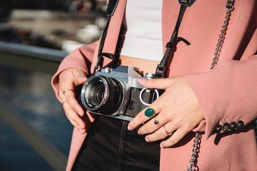 Kostenloses Stock Foto zu hände, kamera, kameraobjektiv