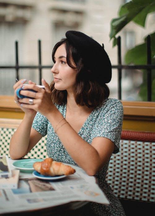 bir fincan kahve, Çay, dikey içeren Ücretsiz stok fotoğraf