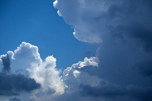 Foto d'estoc gratuïta de cel blau, cel ennuvolat, núvols