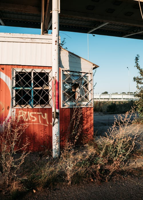 Бесплатное стоковое фото с автозаправка, архитектура, граффити, дверь