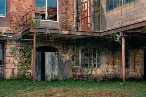 bina, bozulmak, camlar içeren Ücretsiz stok fotoğraf