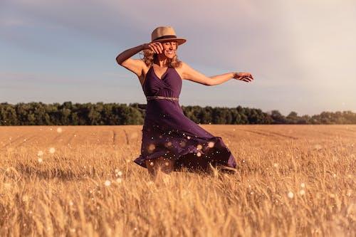 Ảnh lưu trữ miễn phí về cánh đồng, cánh đồng lúa mì, con gái, đàn bà
