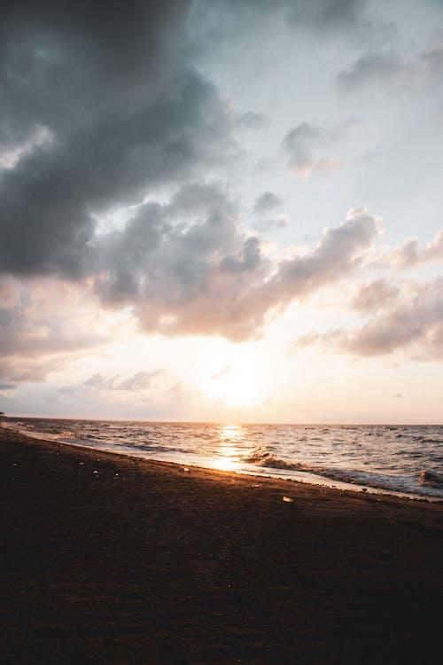 Gratis arkivbilde med daggry, dramatisk, hav, kveld