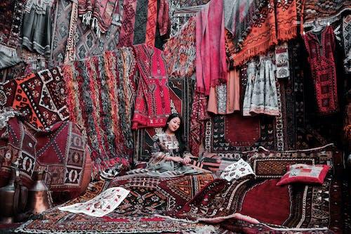 Homme En Veste Noire Assis Sur Un Textile Rouge Et Blanc