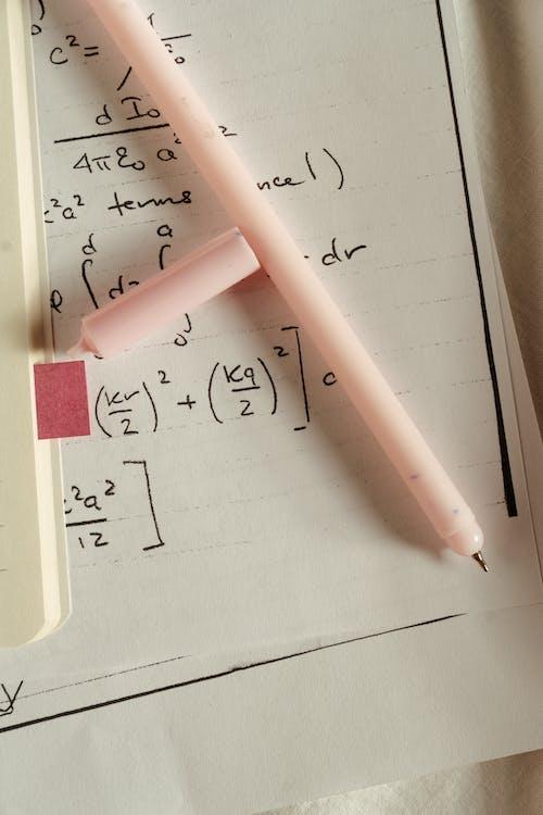 Розовая ручка на белой бумаге
