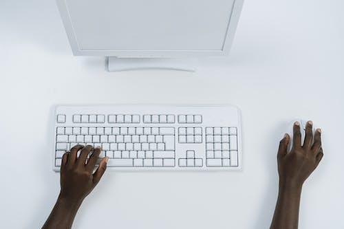 Orang Yang Memegang Keyboard Apple Putih