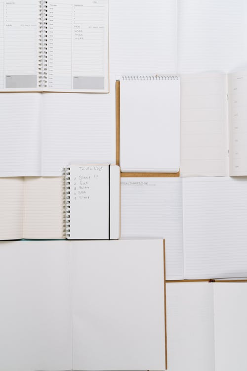 Una Variedad De Cuadernos De Escritura