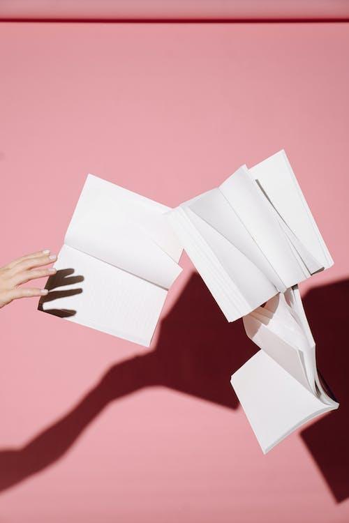 Persoon Met Wit Printerpapier