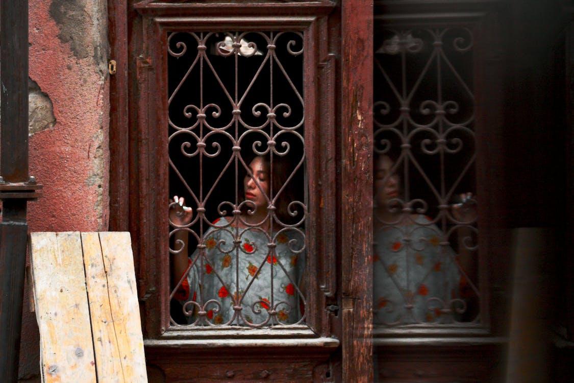 Wanita Berdiri Di Pintu