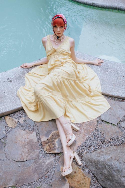 Mujer De Moda Tumbado Con Gracia Junto A La Piscina