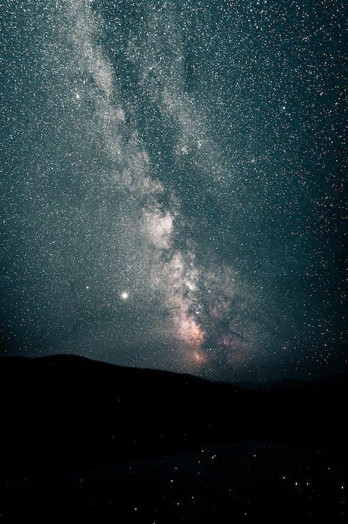 별이 빛나는 밤 아래 산의 실루엣