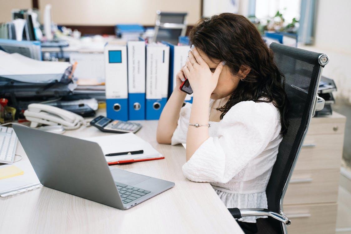 женщина в белой рубашке с длинным рукавом использует Macbook Pro