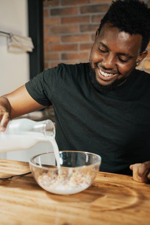getreide com leite, 人, 在家 的 免费素材图片