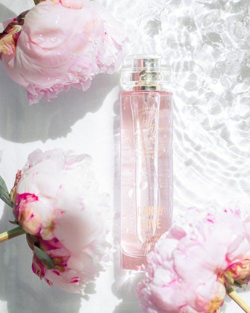 粉色和白色玫瑰花束