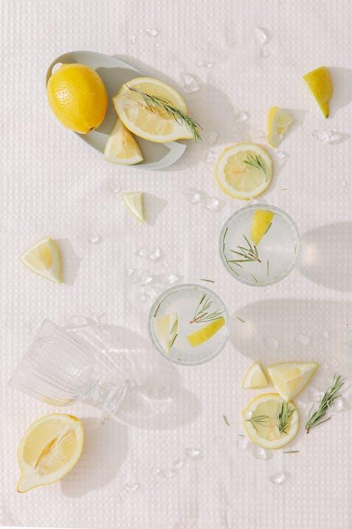 白と緑の花のテーブルクロスにスライスしたレモン