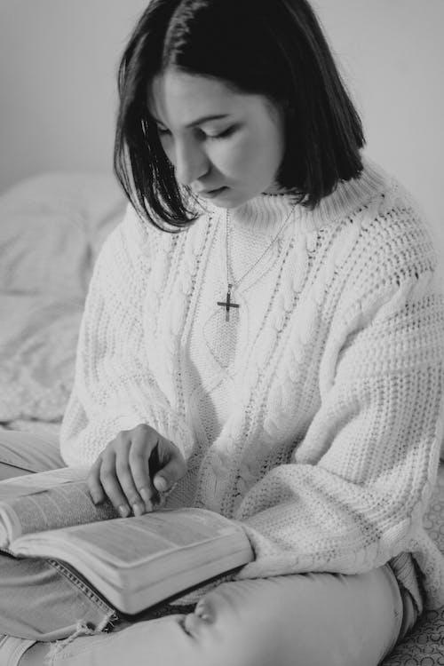 Foto d'estoc gratuïta de acredita em deus, adult, bíblia, conduint