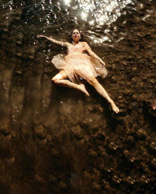 Безкоштовне стокове фото на тему «безтурботний, благодать, блискучий, босоніж»