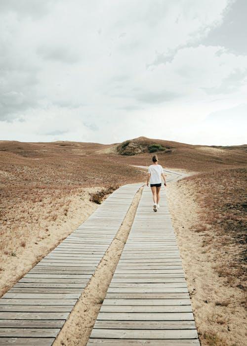 Бесплатное стоковое фото с белый, вода, гора, девочка