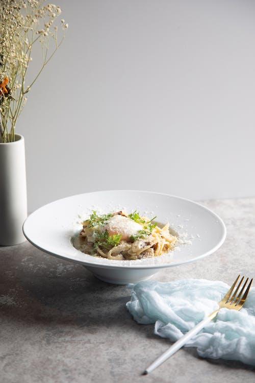 Witte Keramische Plaat Met Groentesalade