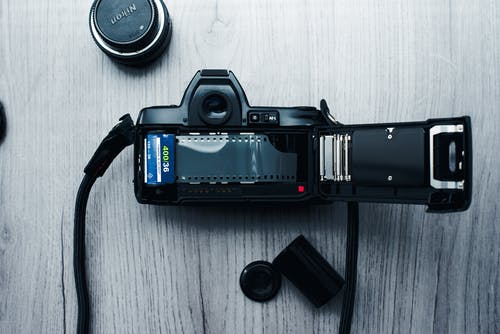 Fotobanka sbezplatnými fotkami na tému 35 mm film, 35 mm fotoaparát, drevené pozadie, elektronika
