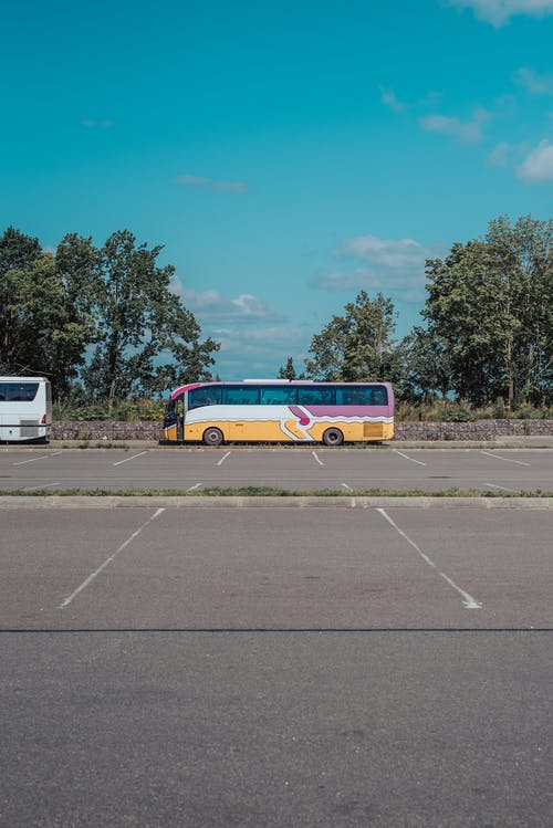 Kostnadsfri bild av asfalt, bil, buss, färger