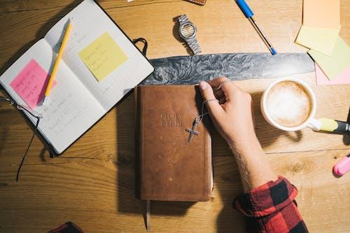 Fotos de stock gratuitas de acredite em deus, adentro, Biblia, café