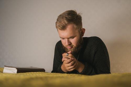 Immagine gratuita di acredita em deus, adulto, bibbia, camera