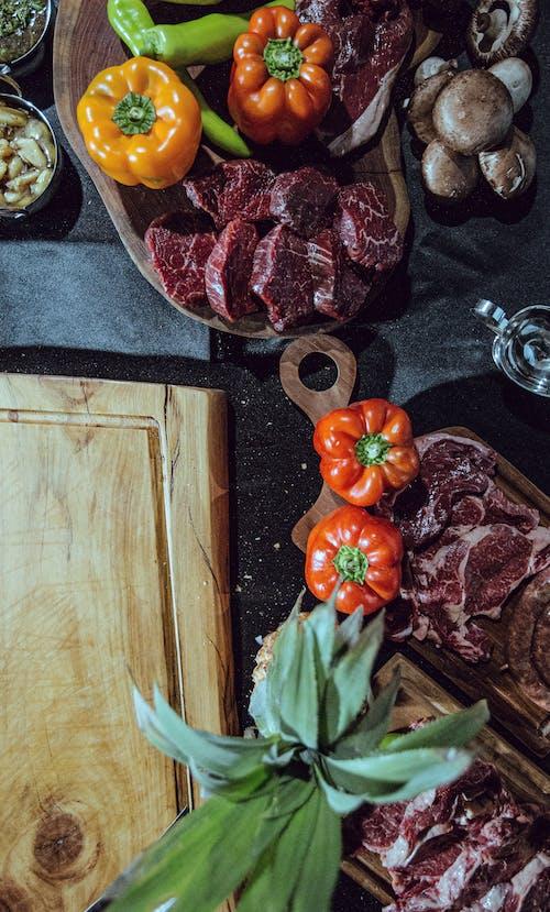 Gratis lagerfoto af BBQ-mad, blad, bøf, bord
