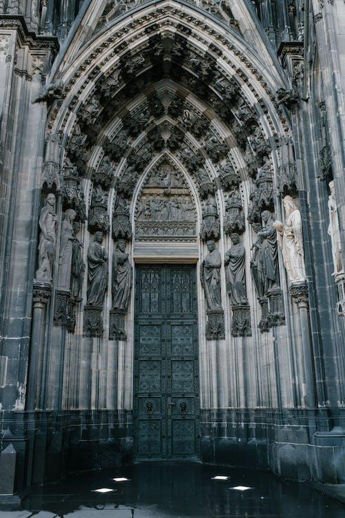 天主教大教堂的門裝飾著中世紀雕像