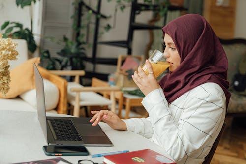 Fotos de stock gratuitas de adentro, adulto, árabe