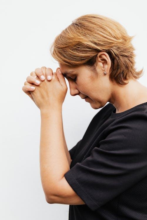 Foto stok gratis berdoa, dalam ruangan, iman