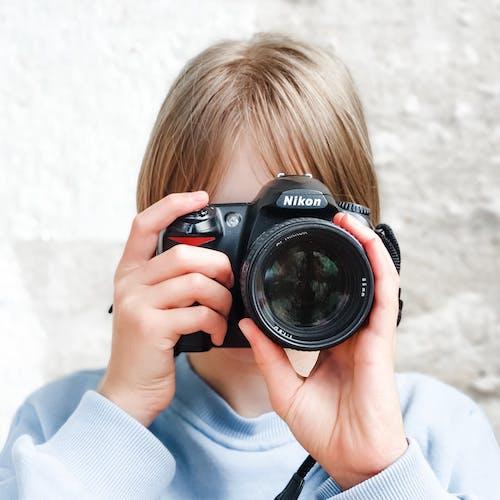 Kostnadsfri bild av barn, criança com càmera, digitalkamera