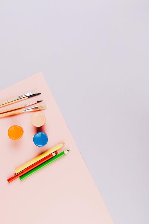 Foto stok gratis alat tulis, bahan seni, flatlay