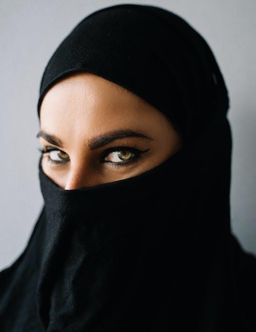 黑頭巾以自拍照的女人