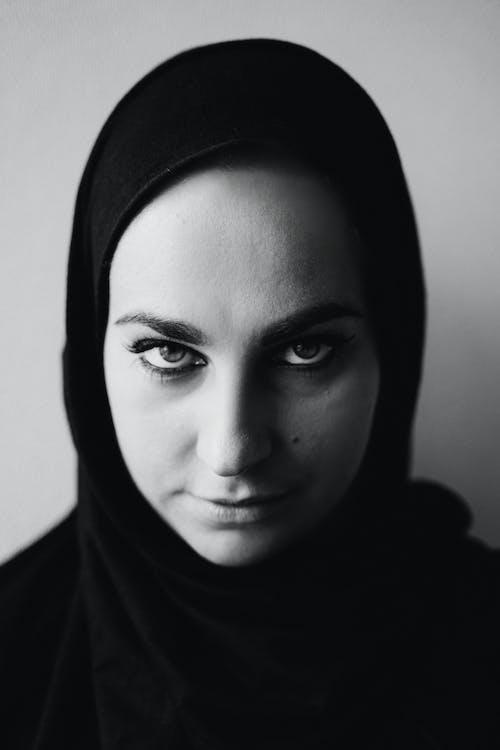 Fotografie bez autorských poplatků na téma černé a bílé fotografie, černý a bílý portrét, dospělý, hidžáb