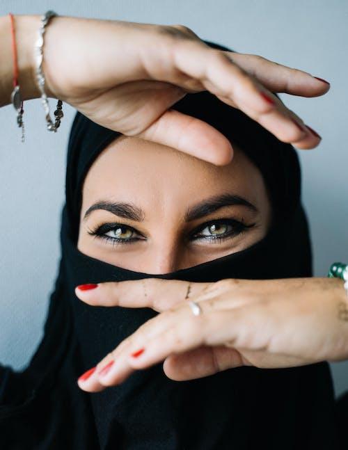 黑頭髮遮住她的臉的女人